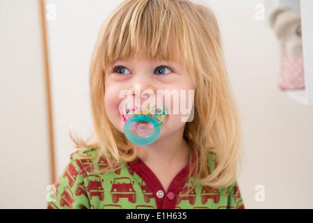 Ritratto di felice 2 anno vecchia ragazza con succhietto Foto Stock