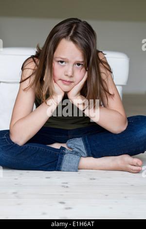 Ritratto di infelice ragazza di dodici anni con testa in mani