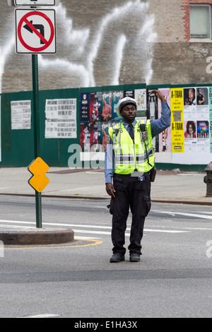 Poliziotto che dirige il traffico in Manhattan, New York City, Stati Uniti d'America Foto Stock