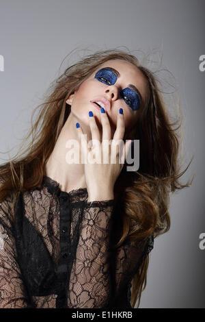 Stravaganza. Voglia di donna con Blue drammatica trucco e manicure Foto Stock