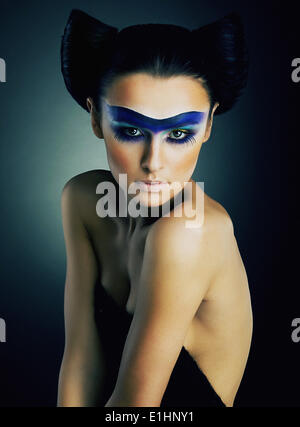 Arte ritratto di spettacolare giovane ragazza nuda con il trucco teatrale sul suo viso studio shot - serie di foto Foto Stock