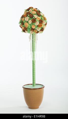 Bouquet di rose di coloratissimi fiori in un vaso di fiori su sfondo bianco Foto Stock