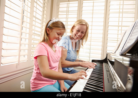 Madre e figlia suonare il pianoforte Foto Stock