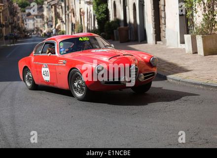 2014 mille miglia classic car rally in Italia. Un rosso 1957 Alfa Romeo 1900 ZSM Super Sprint Zaga è azionato in Foto Stock