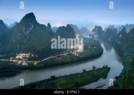 Carso paesaggio di montagna sul fiume Li in Xingping, provincia di Guangxi, Cina. Foto Stock