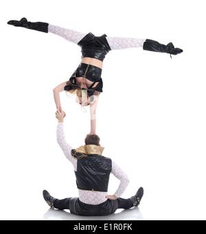 Giovani acrobati in posa di costumi per spettacoli Foto Stock