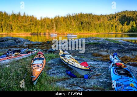 Kayak resto sopra l alta marea sull isola di polpo provinciale parco marino, British Columbia, Canada Foto Stock