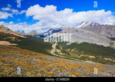 Icefields Parkway attraverso la Sunwapta Pass, visto da Parker Ridge, il Parco Nazionale di Banff, Alberta, Canada Foto Stock