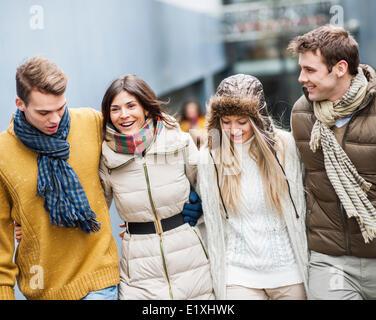 Felice giovani amici camminando insieme all'aperto Foto Stock