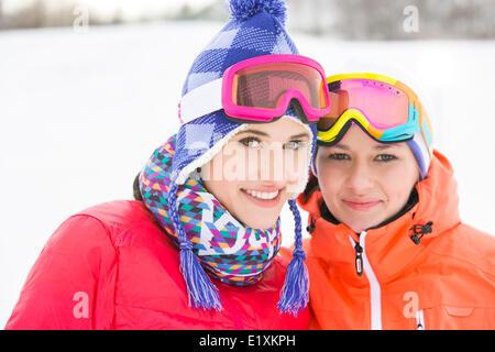 Ritratto di felice giovani amici di sesso femminile in abiti caldi all'aperto Foto Stock