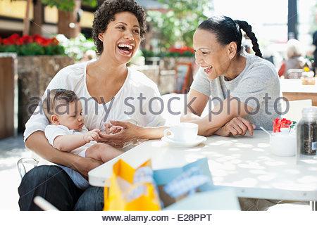 Madre e Figlio e amico al cafe esterno Foto Stock