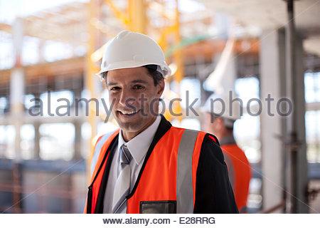 Lavoratori edili lavorando sul sito in costruzione Foto Stock
