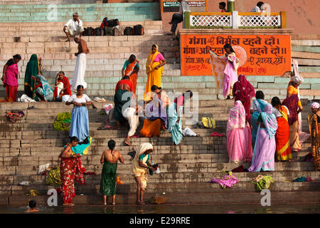 India, nello Stato di Uttar Pradesh, Varanasi, persone indù di balneazione in Ganga (Gange) River Foto Stock