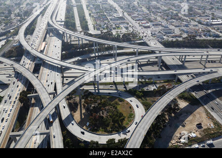 Gli Stati Uniti, California, Los Angeles, Interstate 101 e Santa Monica di superstrade intersezione (vista aerea) Foto Stock