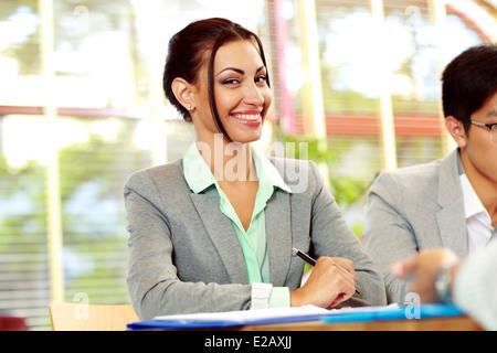 Ritratto di una imprenditrice sorridente in ufficio Foto Stock