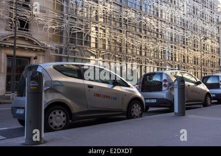 Francia Parigi Autolib (elettrico auto in affitto) davanti a lui il Ministero della Cultura e della comunicazione progettato dagli architetti Foto Stock