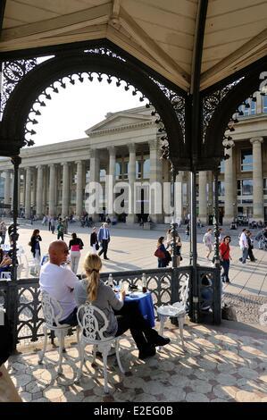 Germania, Bade Wurtemberg, Stoccarda, Schlossplatz (piazza del Castello), la gente seduta in un padiglione Foto Stock