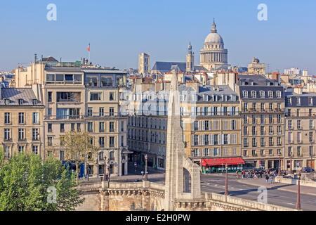 Francia Paris rive del fiume Senna elencati come patrimonio mondiale dall' UNESCO Pont de Tournelle tra Ile Saint Louis e la riva sinistra decorata da una statua di Saint Geneviève patrono di Parigi dal polacco francese scultore monumentale Paul Landowski La Tour d'Argen