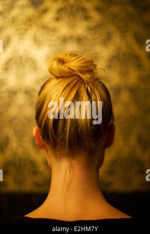 Donna che indossa i capelli in chignon, vista posteriore Foto Stock