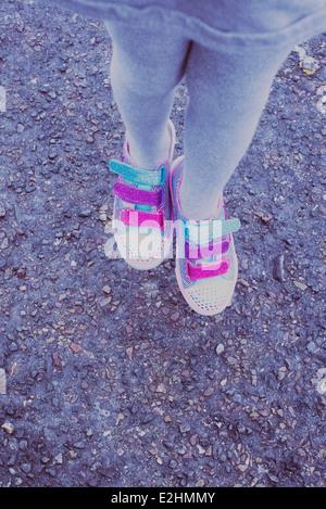 Ragazza indossando variopinti sneakers, sezione bassa Foto Stock
