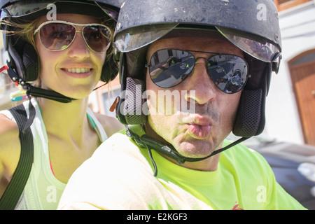 Donna Uomo giovane casco caschi occhiali da sole 'avendo divertimento di guida a Cavallo sorridente Bacio Sorriso selfie Foto Stock
