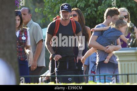 David e Victoria Beckham trascorrere del tempo di qualità con i loro bambini a Disneyland. La famosa famiglia ha Foto Stock