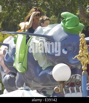 David e Victoria Beckham trascorrere del tempo di qualità con i loro bambini a Disneyland. La famosa famiglia ha trascorso un sacco di tempo in Fantasyland, equitazione il Dumbo ride, una giostra e una per i bambini con il treno. Poco Harper è stato avvistato godendo di una giostra ride con suo fratello