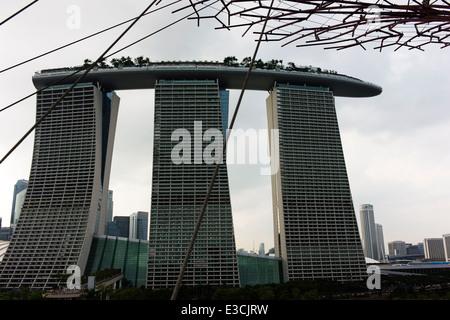 Il Marina Bay Sands Hotel visto dalla Supertree Grove in giardini dall'alloggiamento. Foto Stock