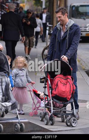 Jason ben luppolata sulla scuola correre a prelevare la figlia Bryne con il suo giocattolo passeggino e Minnie Mouse Foto Stock