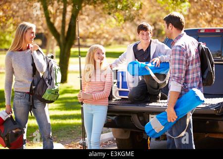 Disimballaggio della famiglia Pick Up Truck sulla vacanza in campeggio Foto Stock