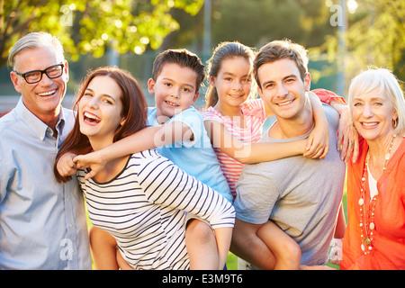 Outdoor ritratto della famiglia Multi-Generation in posizione di parcheggio Foto Stock