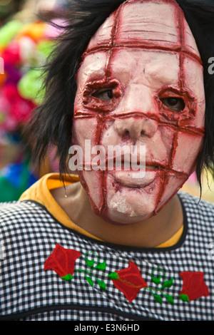 Partecipante mascherato nell'annuale Giorno Di Indipendenza parata tenutasi il 16 settembre di ogni anno - San Miguel Foto Stock