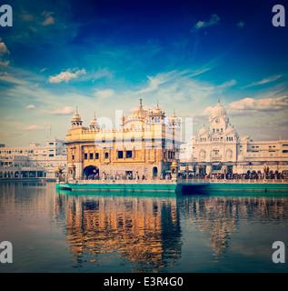 Vintage retrò hipster stile immagine di viaggio del famoso India attrazione Gurdwara Sikh Tempio d'Oro (Harmandir Sahib). Amritsar Foto Stock