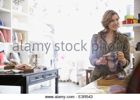 Donna che guarda al tessuto in negozio Foto Stock