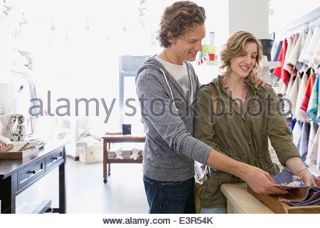 Giovane guardando al tessuto in negozio Foto Stock