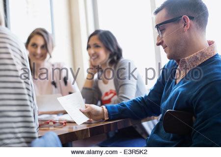 Uomo che guarda nel menu bistro Foto Stock