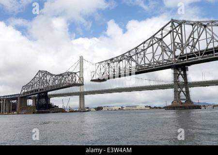 Il vecchio eastern span del San Francisco - Oakland Bay Bridge è smontato in aprile di 2014. Foto Stock