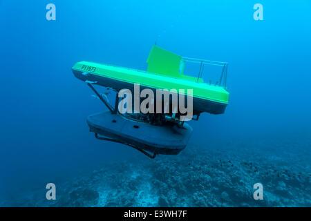 Sommergibile con i turisti, immersioni in una barriera corallina, Bora Bora, Leeward Islands, Isole della Società, Foto Stock