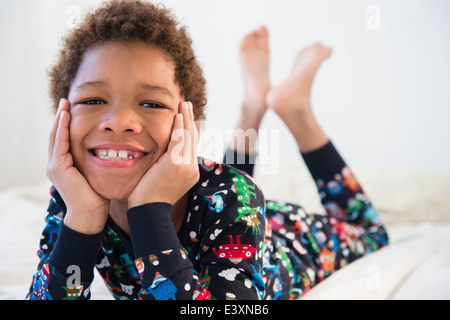 Black Boy sorridente in pigiama Foto Stock