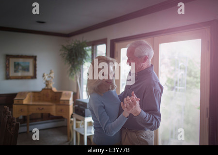 Coppia matura waltzing insieme nella sala da pranzo Foto Stock