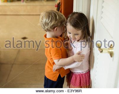 Maschio e femmina amici dei bimbi con le braccia intorno a ciascun altro Foto Stock