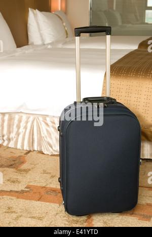 La valigia si alza all'interno di una camera di albergo Foto Stock