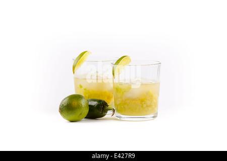Due margaritas accanto a calce e un jalapeno. Intaglio Foto Stock
