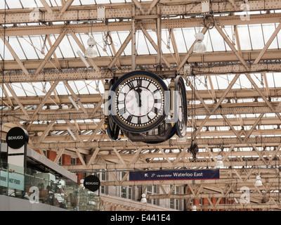 London Waterloo Stazione ferroviaria orologio - un famoso punto di incontro con Benugo ristorante sul piano di mezzanino Foto Stock