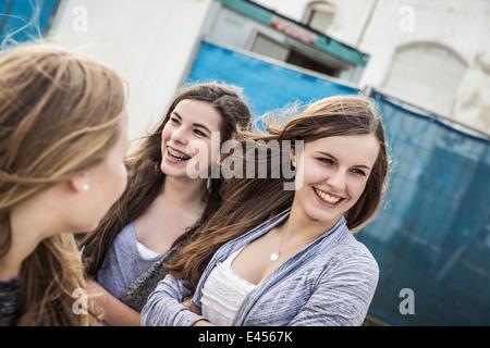 Felice ragazze adolescenti appendere fuori Foto Stock