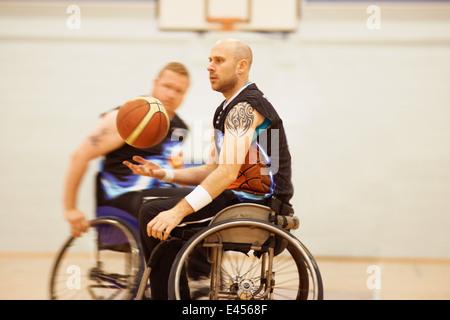 Basket in carrozzella player la pallina che rimbalza Foto Stock