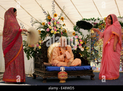 Statua di Swami una C Bhaktivedanta Prabhupada e donne devoti Bhaktivedanta Manor Krishna Tempio A WATFORD REGNO UNITO