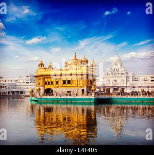 Vintage retrò hipster stile immagine di viaggio del famoso India attrazione Gurdwara Sikh Tempio d'Oro (Harmandir Sahib). Amritsar, Foto Stock
