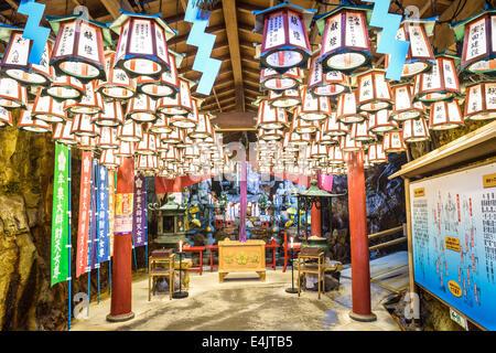 SHIRAHAMA, Giappone - 18 Aprile 2014: Santuario in Sandanbeki Cavern. Il santuario è dedicato alla dea Benzaiten. Foto Stock
