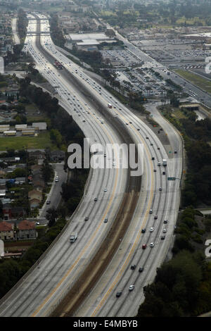 Interstate 105 o I-105, aka Glenn Anderson Freeway e secolo Freeway, Holly Park, Los Angeles, California, Stati Uniti d'America - aerial Foto Stock